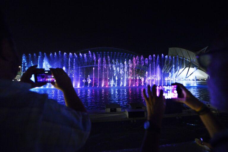 El lago del Hemisfèric acoge de jueves a sábado un espectáculo de luz, agua y sonido en torno a las esculturas de Tony Cragg