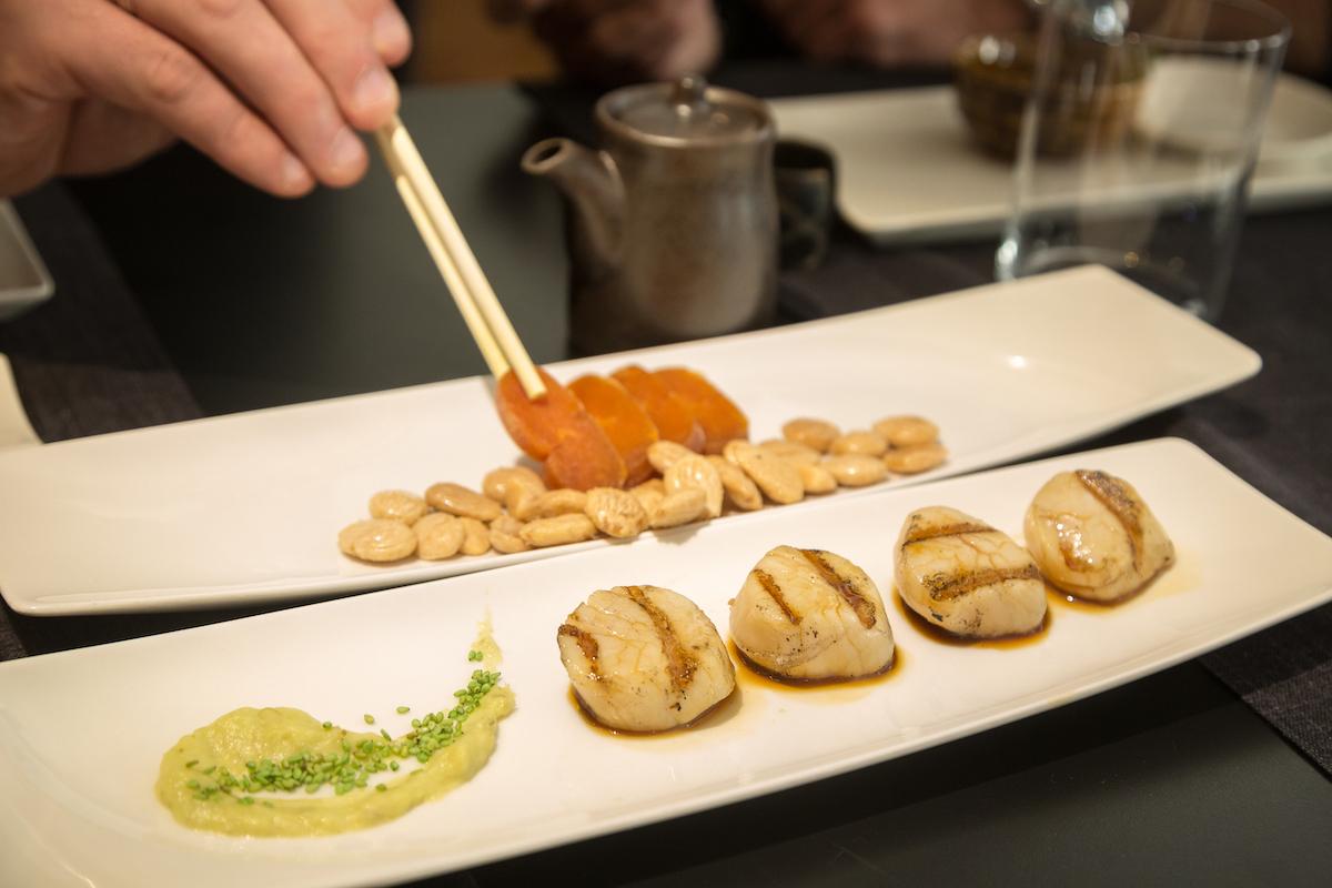 Японские блюда в приятном интерьере в стиле модерн